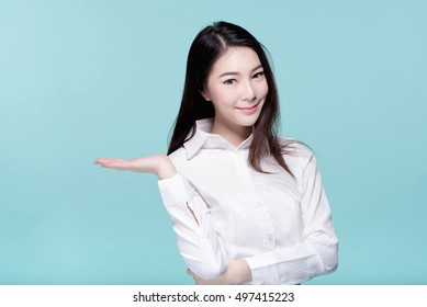 Asiatische junge schöne Geschäftsfrau in weißem Hemd lächeln und präsentieren etwas auf der Seite, Schönheit Gesicht, langes Haar, einzeln auf blauem Hintergrund.