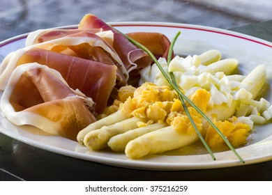Asparagus with ham and boiled egg