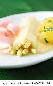 Asparagus with hollandaise sauce on white plate