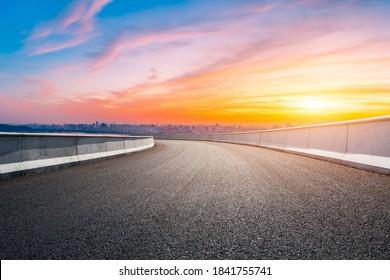 Asphalt Viadukt Straße und Skyline der Stadt in Hangzhou bei Sonnenuntergang.
