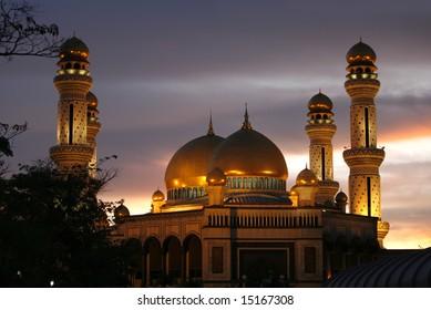 Jamé Asr Hassanil Bolkiah Mosque during dusk.