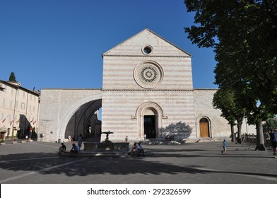 ASSISI, ITALY - JULY 16: tourists Church of St Clare (Basilica di Santa Chiara) on July 16, 2012 in Assisi, Umbria, Italy