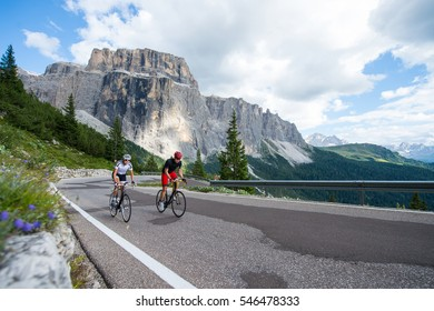 Assistentin des Fahrradrennen - ein Mann hilft einer Frau
