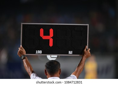 Assistant referee hold up addition time board 4 minute