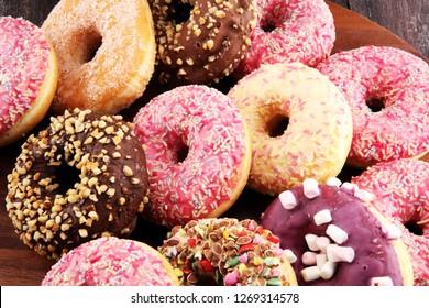 Angefangen mit Schokoladenfrost, rosafarbenen Scheiben und Sprinklen Donuts.