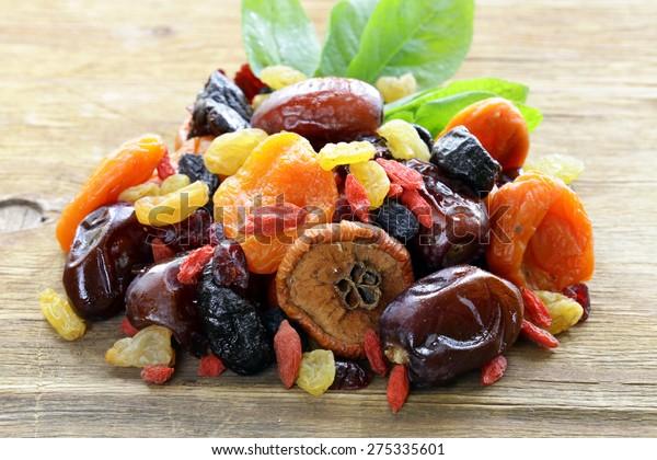 木の背景に各種の干物(レーズン、アンズ、イチジク、プルーンズ、ゴジ、クランベリー)