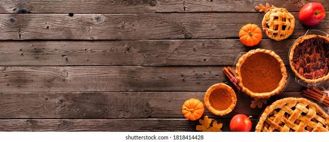 Verschiedene hausgemachte Herbstkuchen. Kürbis, Apfel und Pekan. Oberhalb der Eckleiste auf rustikalem Holzbanner-Hintergrund mit Kopienraum.