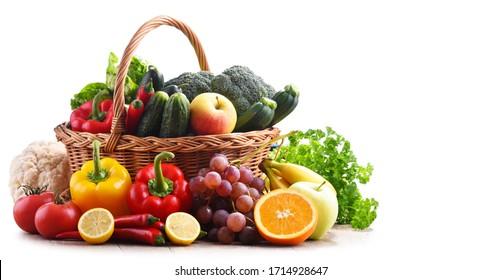 Organisches Gemüse und Obst aus Korbgeflecht einzeln auf weißem Hintergrund.