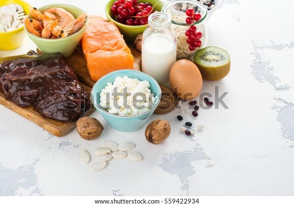Sortiment zdravých potravin. Přírodní zdroje fosforu (P). Produkty dobré pro dietu. Prostor pro text