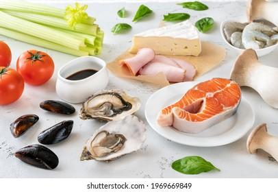 Assortiment d'Umami - aliments riches sur fond blanc