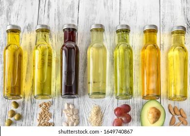 Sortiment pflanzlicher Öle in Flaschen