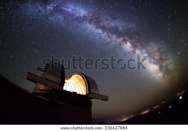 Observatoire astronomique sous les étoiles
