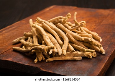 Aswagandha-Wurzel auf Holztisch. Pflanzenadaptogenmedizin.