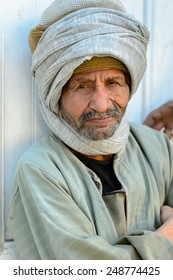 ASWAN, EGYPT - DEC 2, 2014: Unidentified Egyptian old man in a turban. 90% of Egyptian people are Muslim