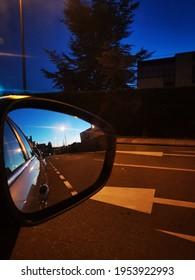 Atardecer reflejado en el retrovisor