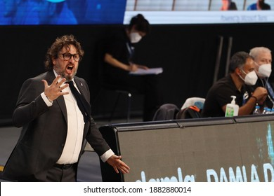 Atasehir, Istanbul, Turkey, 17.11.2020 Andrea Trincherei coach of Bayern Munchen Basketball Team shouting to players during the Euroleague match against Anadolu Efes Photo: Ali OZLUER