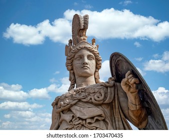 Athena antike griechische Göttesstatue und blauer Himmel mit einigen weißen Wolken