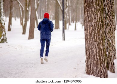 The athlete jogs in the Park in winter