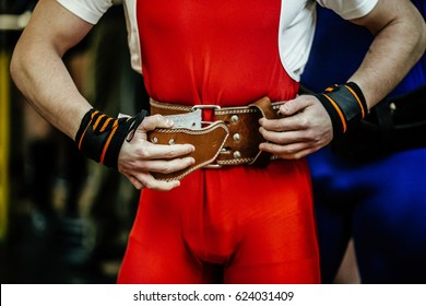 athlete powerlifter buckles power belt competition powerlifting