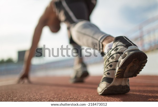 Athlete Läufer Füße laufen auf Laufband, Nahaufnahme auf dem Schuh.