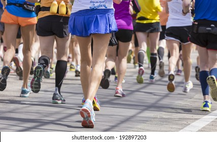 Athletes heading fast and steadily to the finishing line during a marathon in the USA.