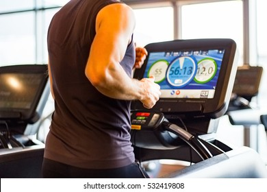 Athletischer Runner auf Treadmill in Gym