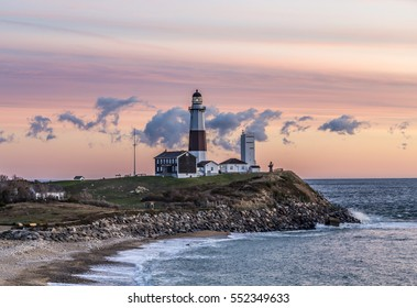 Atlantische Ozeanwellen am Strand bei Montauk Point Light, Leuchtturm, Long Island, New York, Suffolk County