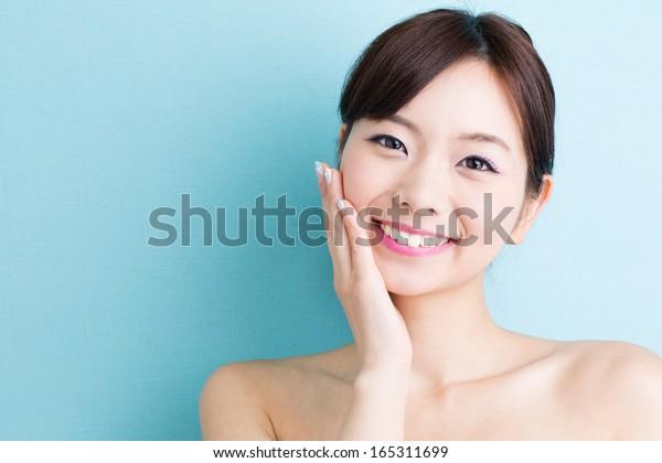 青の背景にアジアの魅力的な女性のスキンケア画像