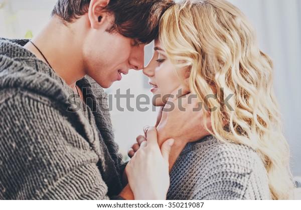寝室の魅力的な男女がかわいい子を抱き合って