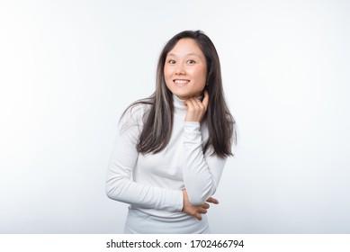 Attraktive, hübsche junge Frau, die die Kamera auf weißem Hintergrund lächelt.