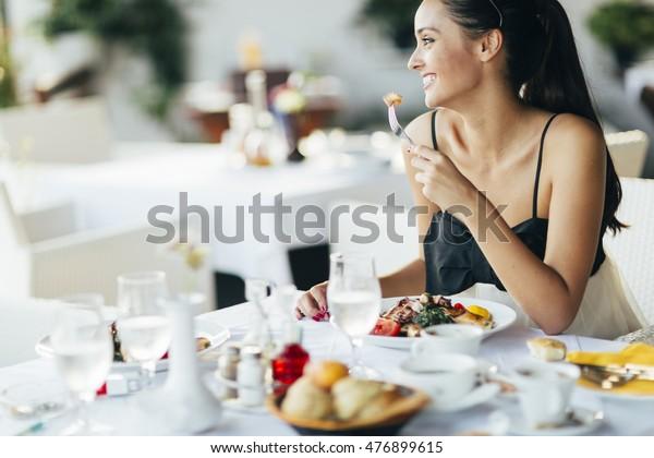 屋外で食べる魅力的な女性