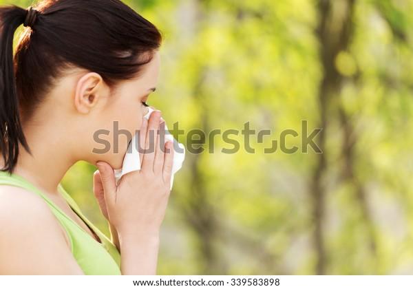 Donna attraente all'aperto con tessuto allergico.