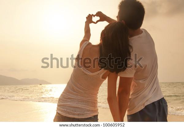 魅力的な若い夫婦