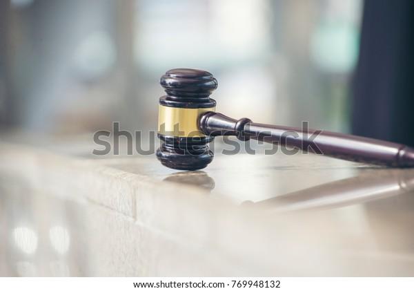 Auktion Holzhammer auf Ständer einzeln auf Weiß. Element für Auktionen, die helfen, Dinge zu verkaufen, indem sie den Stand treffen. Gavel-Symbol für Entscheidungsprozesse im Flachstil