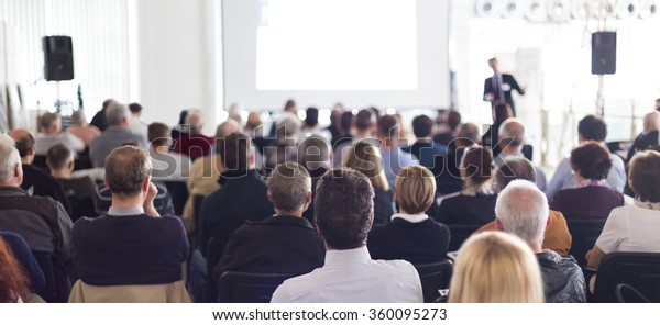 Publikum in der Vorlesungshalle.