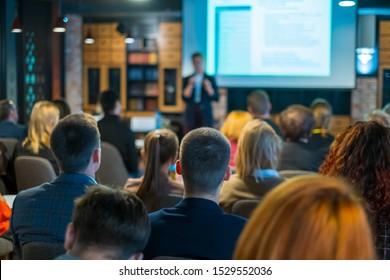 Hörer-Vortragende im Workshop im Konferenzsaal, Rückansicht