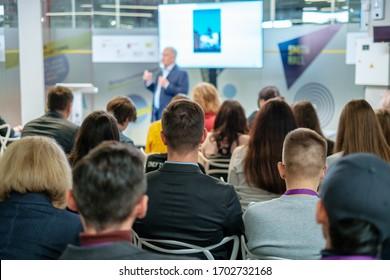 Hörer-Vortragende im Workshop in der Konferenzhalle