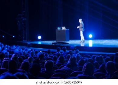 Publikum hört männliche Sprecher auf Workshop in Konferenzhalle