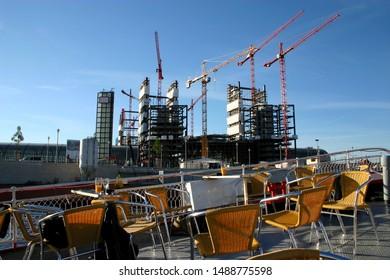 Auf der Spree in Berlin passieren wir eine Großbaustelle