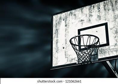Auf diesem schwarz und weiÃ?Â?? Bild ist ein dreckiger Street-Basketballkorb zusehen. In this black and white image is to get to see a dirty street basketball basket .