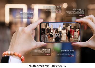 Augmented Reality-Technik, die Frauen am Telefon beim Einkaufen für neue Kleidung verwenden