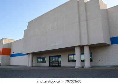AUGUST 8 2017 - FRIDLEY, MINNESOTA: An abandoned PetSmart store in the Twin Cities metro area, off of Interstate 694