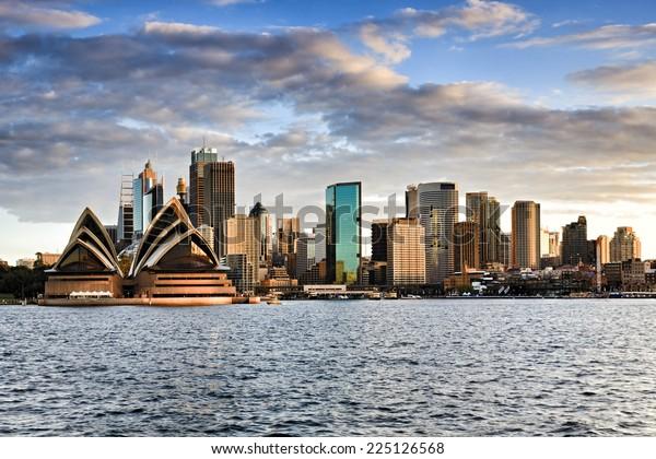 Vue panoramique de Kirribilli sur la CBD de Sydney en Australie avant le coucher du soleil, ciel nuageux et ligne de paysage urbain