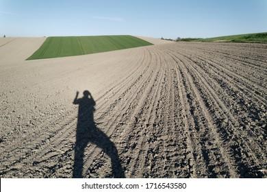 austrische Landschaft mit Schatten eines Menschen