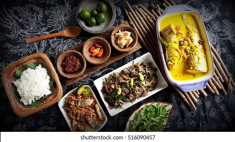 Authentic Sabahan food. Clockwise-sambal, binudu bambangan, lime, rinapa kodop (wild mushroom + white chili), lalansa (herbs), rice, ikan masin & ikan kombura kunyit +takob akob (in the middle).