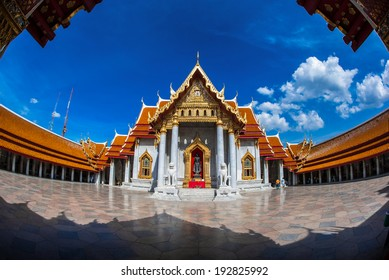 Authentische thailändische Architektur in Wat Pho in Bangkok, Foto aufgenommen Fischaugenlinse.
