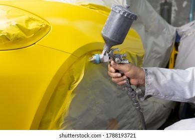 Auto-Body-Reparaturserie: Mechanischer, gelber Sportwagen