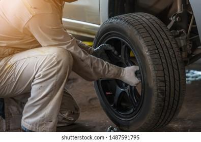 auto mechanic Removing car wheels