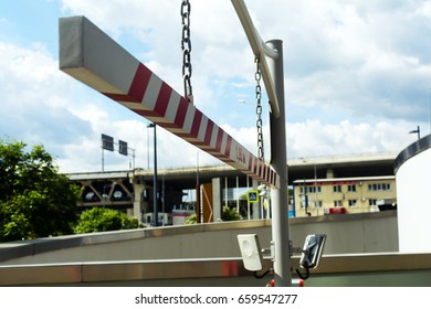 Automatic barrier system for security with limited access for vehicles