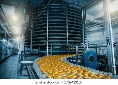 Automatisches Förderband mit Kuchen, Backverfahren in der Konditorfabrik. Lebensmittelindustrie, kräftig